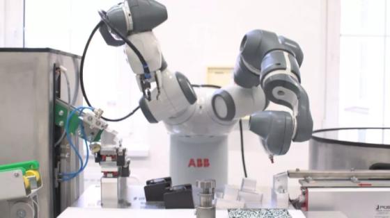 消费品行业_捷克工厂插座装配_ABB双臂协作机器人YuMi