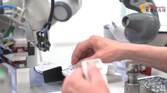 消费品行业_生产插座_ABB YuMi双臂协作机器人