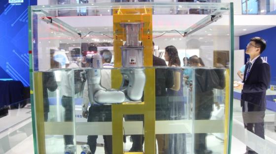 2019工博会_灵猴IP68防水机器人展示